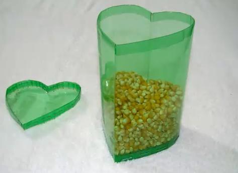 Caja con botellas de plastico en forma de coraz n - Manualidades con botellas de plastico faciles ...