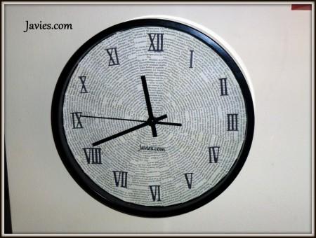 reloj-decorado-con-paginas-de-libros-reciclados