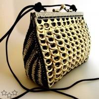 Modelo de bolso con anillas de latas