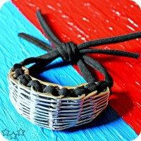 pulsera con anillas de latas de aluminio