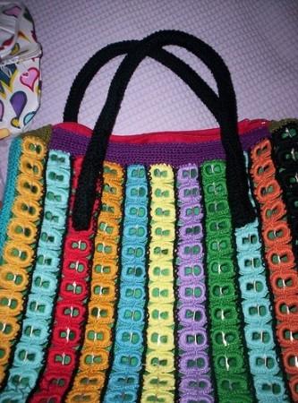 Modelo de bolso con anillas de latas de colores