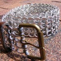 Cinturón con anillas de latas recicladas