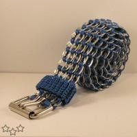 Cinturón azul con anillas de latas recicladas