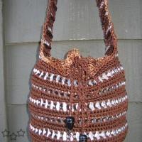 Modelo de bolso con anillas de latas y crochet