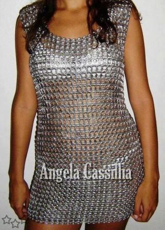 Vestido con anillas de latas de aluminio recicladas