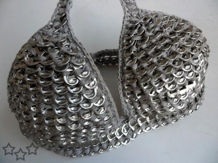 Sostén con anillas de latas de aluminio