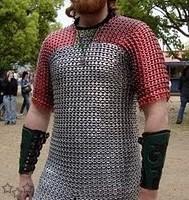 Traje de guerrero con anillas de latas recicladas