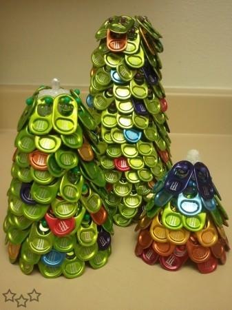 Adorno navideño con anillas de latas medio huecas
