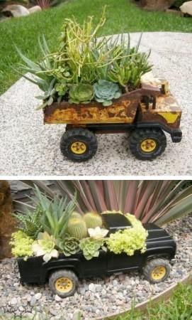 decorar el jardin con coches de juguete antiguos