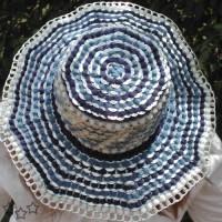 sombrero azul con chapas de latas
