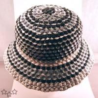 sombrero con anillas de latas de aluminio