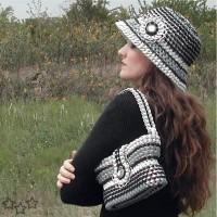sombrero en blanco y negro con anillas de latas