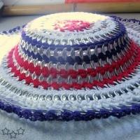 sombrero multicolor con anillas de latas