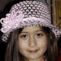 sombrero rosa con chapas de aluminio