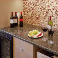 decorar la pared de la cocina con corchos