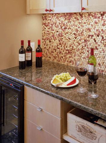 Decorar la pared de la cocina con corchos for Decoracion con corchos