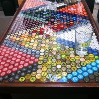 decorar una mesa con chapas de botellas