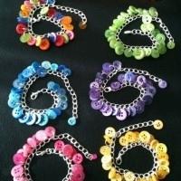 bisuteria con botones - pulseras de colores con botones