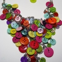 collar con botones multicolor