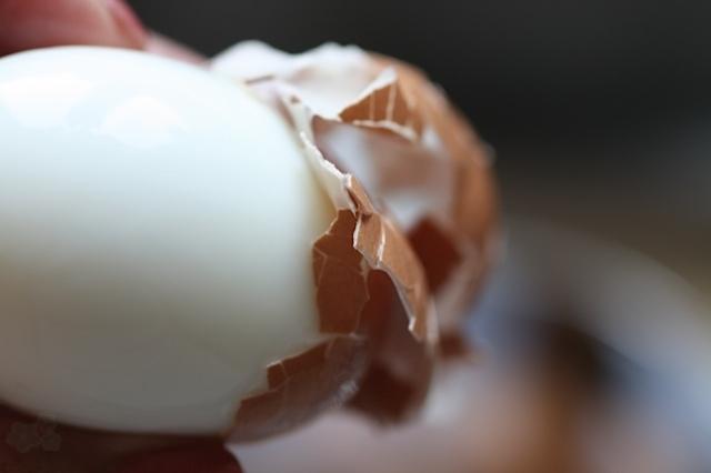 como pelar huevo duro