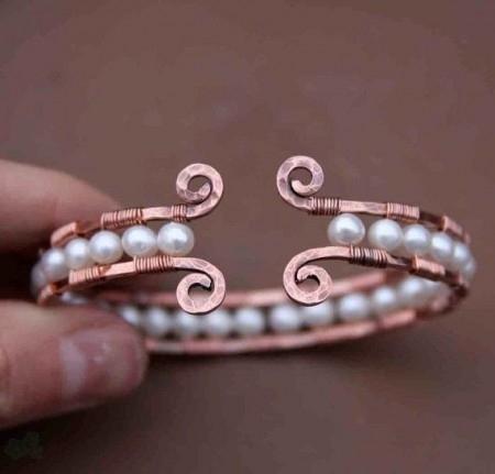 pulsera con alambre y perlas