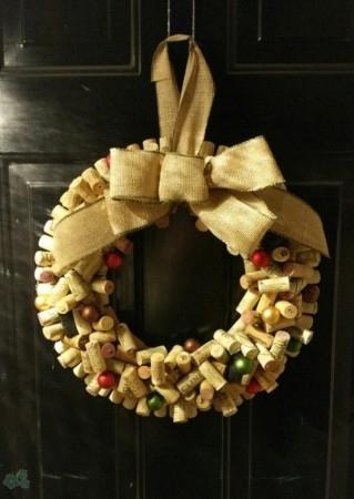 corona navideña con tapones de corcho